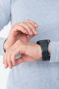 Autodisciplina de pontualidade e gestão do tempo. olhando para o relógio na mão, verificando se ele está dentro do cronograma.