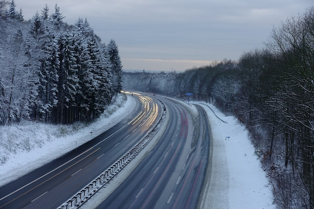 Autoestrada com neve ao anoitecer na alemanha