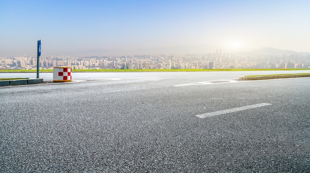 Autoestrada e horizonte urbano