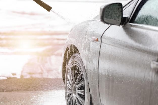 Automóvel purificador com tecnologia sem toque na lavagem exterior