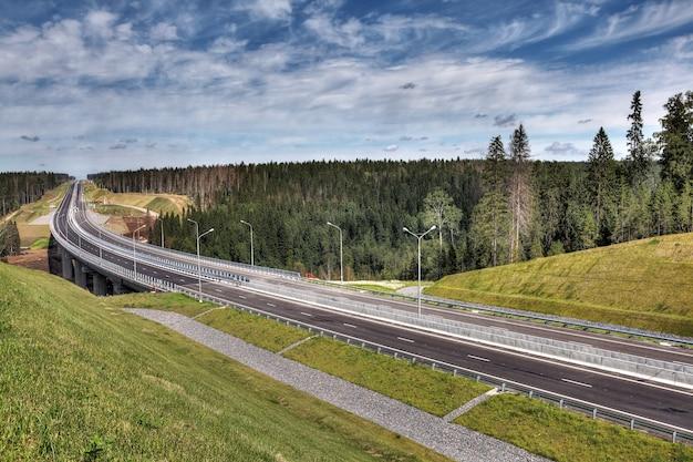 Autopista na região de leningrado, nova rodovia priozersk, valas de drenagem para águas pluviais antes da ponte sobre o rio smorodinka.