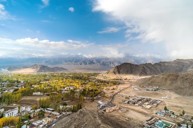 Autumn view da paisagem no distrito de leh ladakh, parte norte da índia