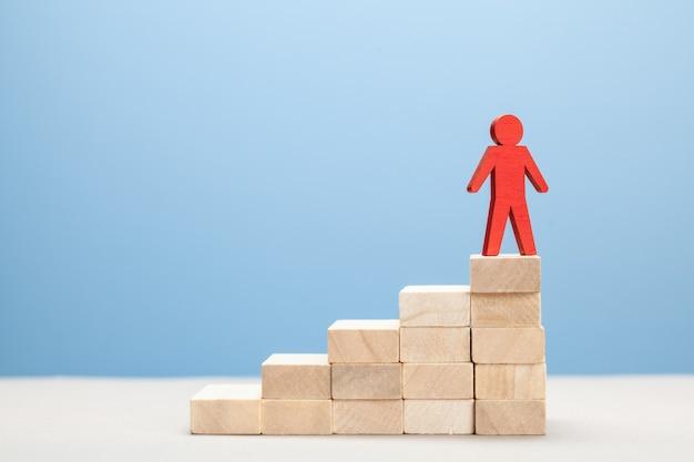 Auxílio no crescimento da carreira. promoção de um líder em uma equipe de negócios.