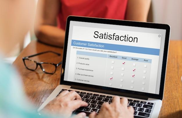 Avaliação de satisfação online no laptop