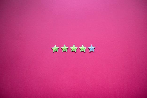 Avaliação de serviço e conceito de prestação de serviços com classificação por estrelas no fundo rosa. estilo minimalista
