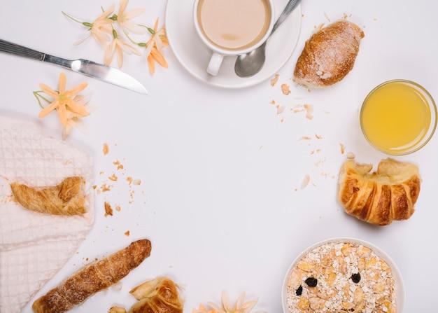 Aveia com croissants e xícara de café na mesa