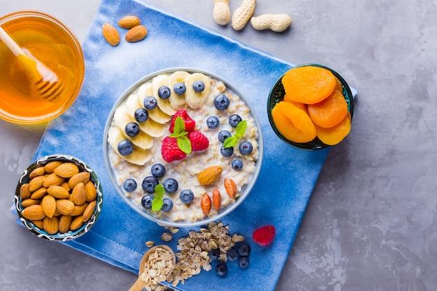 Aveia com frutas e nozes no café da manhã