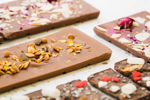 Aveia e sementes na barra de chocolate