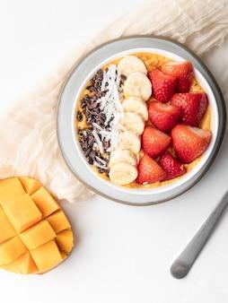 Aveia saudável com frutas frescas no café da manhã