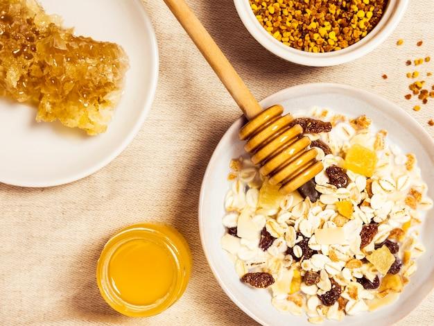 Aveia saudável e mel orgânico para saboroso café da manhã