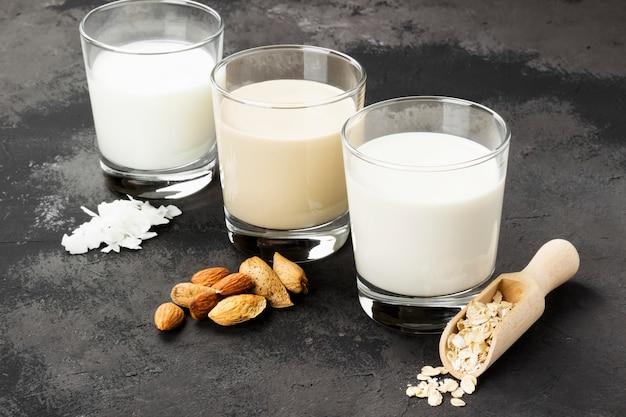 Aveia vegan, amêndoa, leite de coco em copo