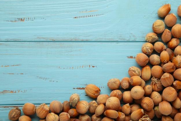 Avelã. avelã orgânica fresca ob azul. macro de nozes. fundo de comida.
