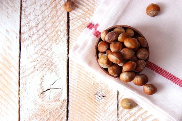 Avelãs descascadas na mesa close up Foto Premium