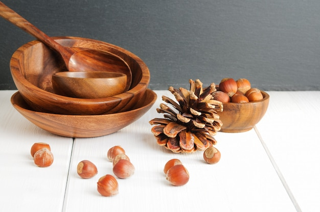 Avelãs, pinhas e utensílios de madeira