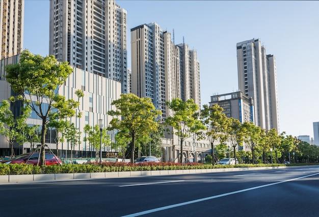 Avenida com as árvores verdes