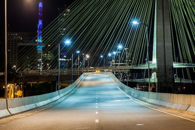 Avenida vazia - ponte estaiada em são paulo - brasil - à noite