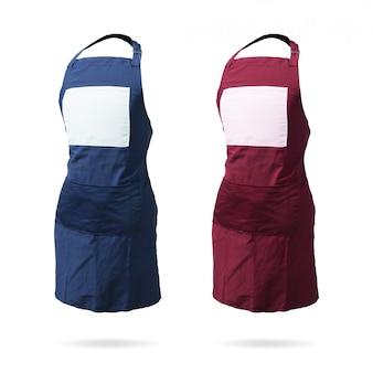 Avental azul e vermelho para o garçom ou a dona de casa no fundo isolado com trajeto de grampeamento.