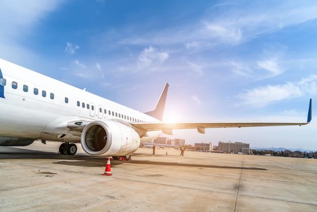 Avental da pista do aeroporto e aeronaves de passageiros