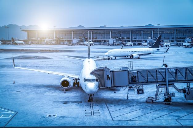 Avental da pista do aeroporto e construção do terminal