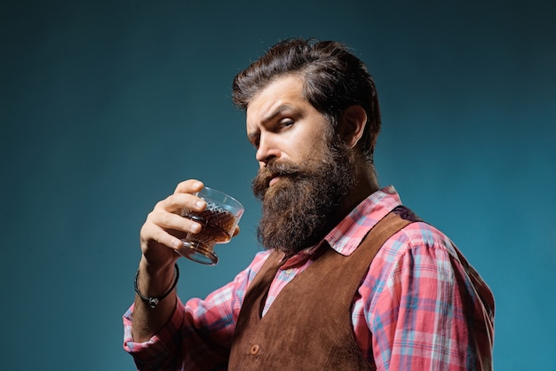 Avental de couro de barman segurando coquetel de uísque em copo de bebida alcoólica