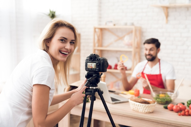 Avental vermelho do cozinheiro ã¬n que prepara o programa dos ingredientes de alimento.