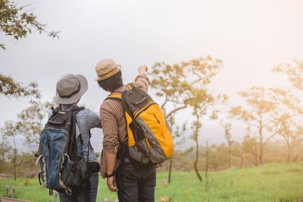 Aventura asiática, viagens, turismo, caminhada e conceito de pessoas