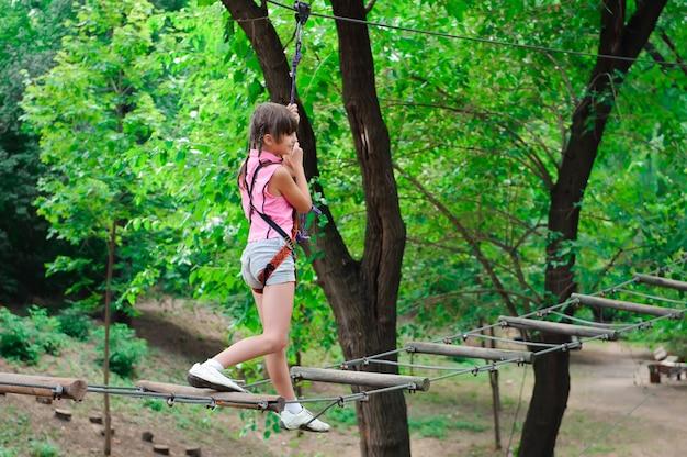 Aventura escalada high wire park - caminhadas na garota parque corda.