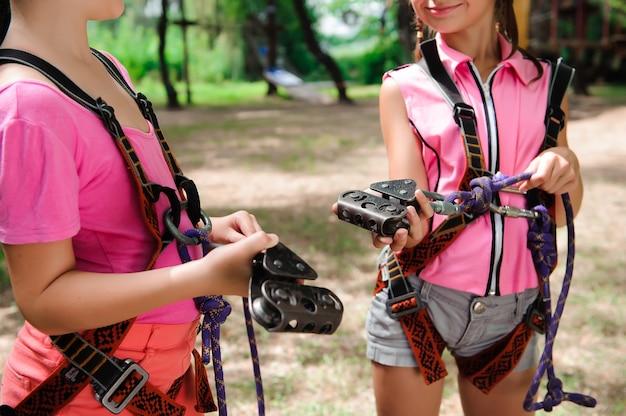 Aventura escalada high wire park - caminhadas no parque de corda duas irmãs.