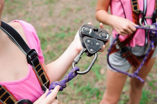 Aventura escalando parque de arame - caminhadas no parque de cordas duas meninas