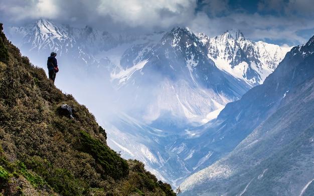 Aventura viagem de montanha em chum vally, nepal.