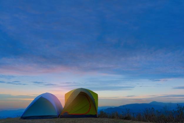 Aventuras camping tendo na vista da montanha.
