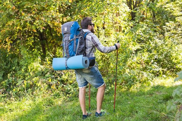 Aventuras, turismo de verão e conceito de natureza - turista chegando a um acampamento com seu gato.