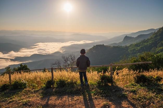 Aventureiro da montanha com vista