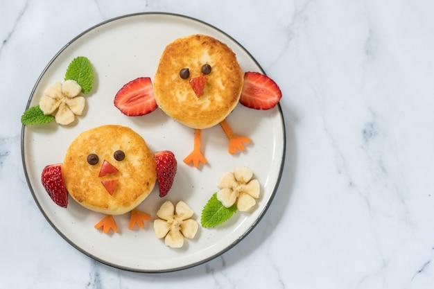 Aves panquecas de ricota para o café da manhã infantil