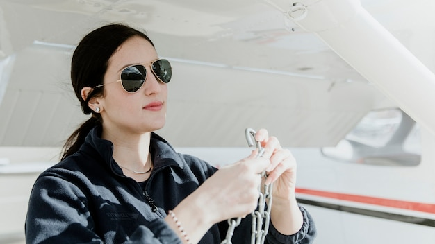 Aviador desencadeando o avião da hélice dianteira