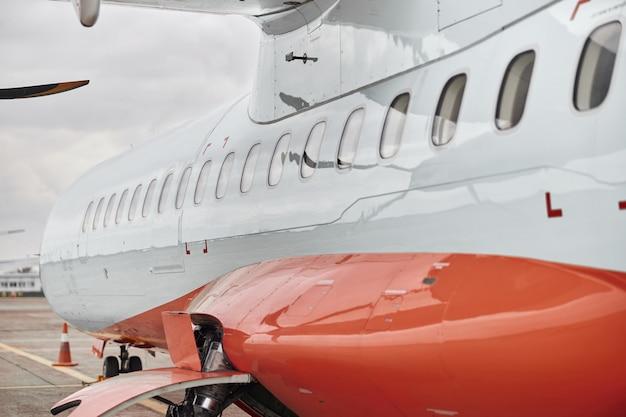 Avião a hélice estacionado no aeroporto