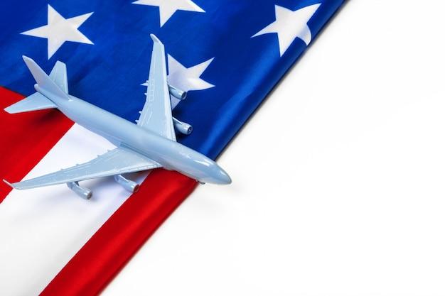 Avião a jato de brinquedo de plástico e bandeira dos eua.