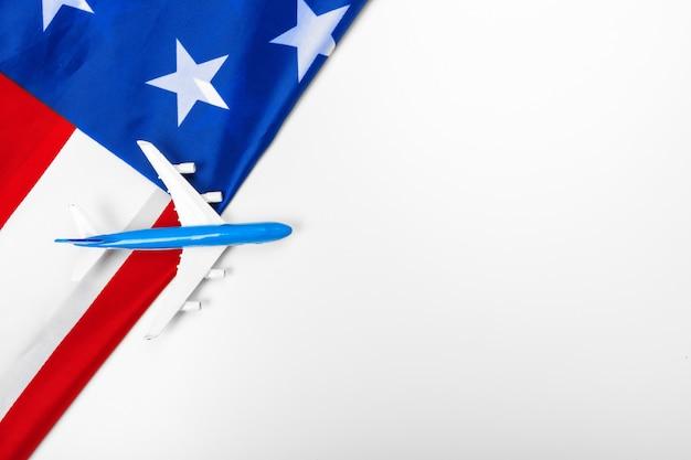 Avião a jato de brinquedo de plástico e bandeira dos eua