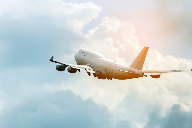 Avião a jato de passageiros no céu