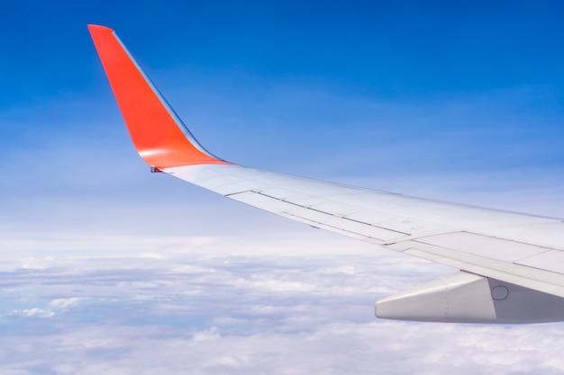 Avião a voar sobre o fundo do céu nublado