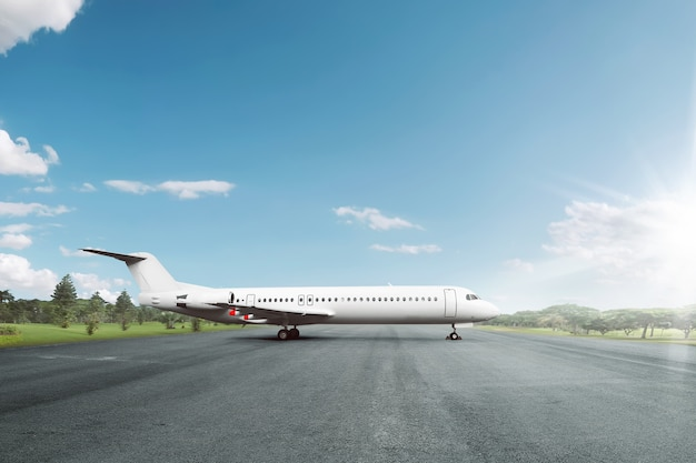 Avião branco estacionado na pista no aeroporto