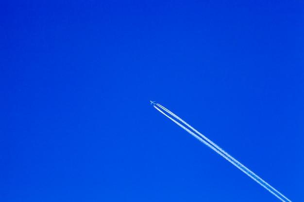 Avião branco voando no céu azul