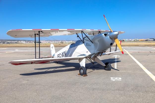 Avião bucker no chão