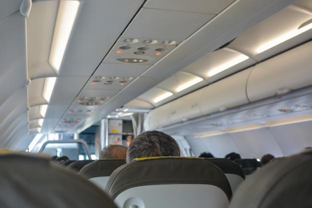 Avião cheio de passageiros.