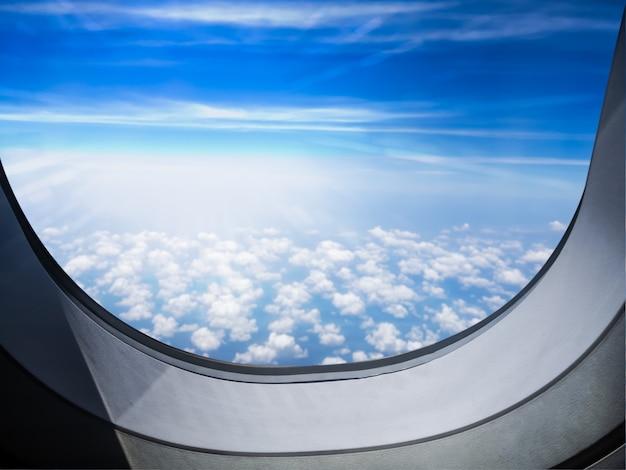 Avião com janela e céu azul