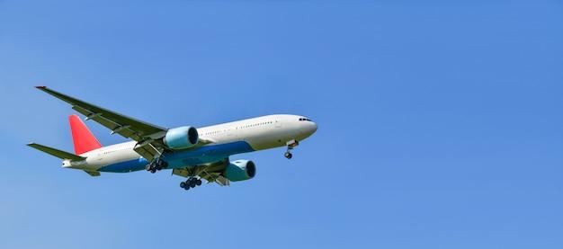 Avião comercial isolado em um céu azul, copie o espaço