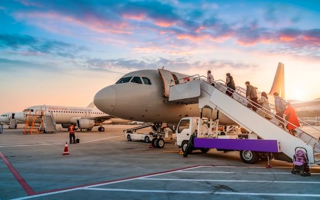 Avião comercial na pista do aeroporto e avental