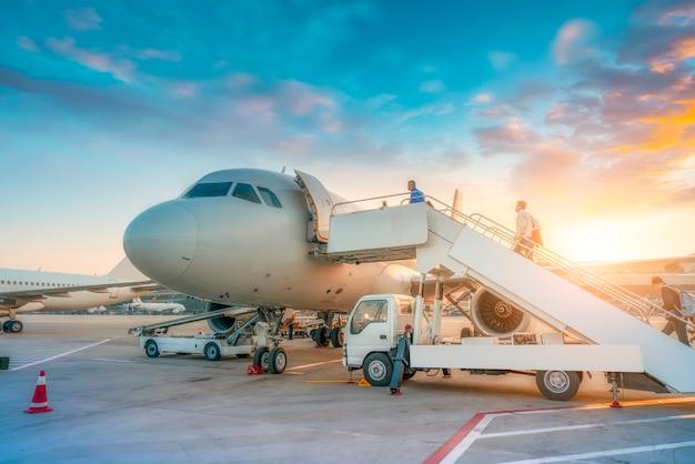 Avião comercial na pista e avental do aeroporto