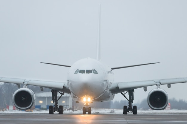 Avião comercial pronto para decolar