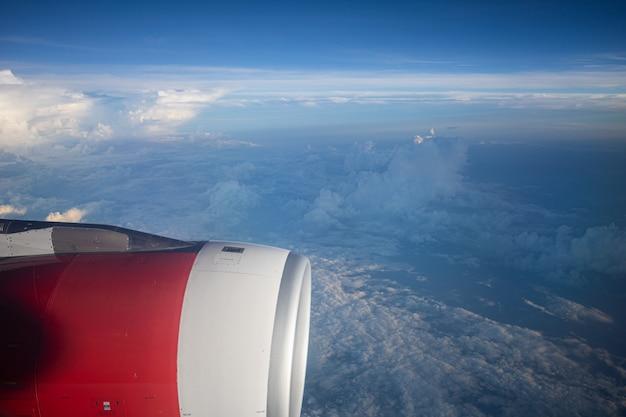 Avião de asa vermelha com nuvem